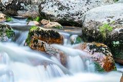 Подача реки горы скалистая Съемка долгой выдержки стоковое фото rf