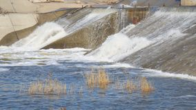 Подачи воды через запруду на реке сток-видео