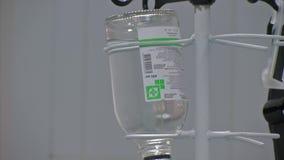 Подбрюшная липосакция Бутылка вливания селективного фокуса с IV решением в терпеливой комнате видеоматериал