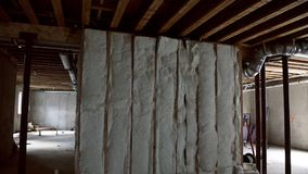 Подвал с изоляцией системы отопления на обрамлять дома конструкции взгляда видеоматериал