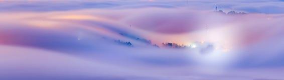 Подверганный действию к ноче тумана на городке стоковая фотография rf