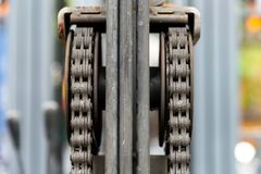 Подвергните цепь механической обработке двигателя с частью колеса cog платформы грузоподъемника Стоковое Изображение