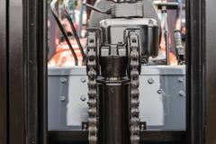 Подвергните цепь механической обработке двигателя с частью колеса cog платформы грузоподъемника Стоковые Изображения RF
