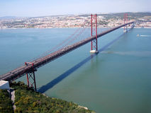 подвес lisbon Португалии моста стоковые фото