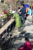 Подвижники моля около золотого утеса Пагода Kyaiktiyo Положение понедельника myanmar стоковые фото
