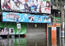 Подводная телефонная будка перед закрытым кафем хозяйки в затопленной улице в Бангкоке, Таиланде, в октябре 2011 Стоковые Изображения RF