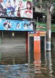 Подводная телефонная будка перед закрытым кафем хозяйки в затопленной улице в Бангкоке, Таиланде, в октябре 2011 Стоковые Фотографии RF