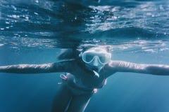 Подводное изображение свободного водолаза Стоковая Фотография