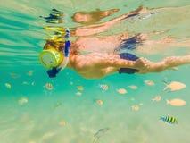 Подводное исследование природы, мальчик в ясном голубом море стоковое фото rf