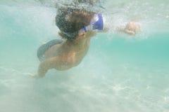 Подводное молодое подныривание мальчика Стоковая Фотография RF