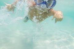 Подводное молодое подныривание мальчика Стоковые Фотографии RF