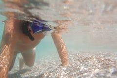 Подводное молодое подныривание мальчика Стоковая Фотография