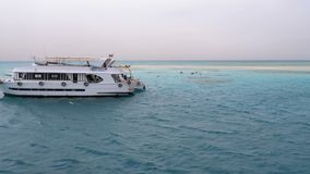 Подводное плавание и скуба на предпосылке туристских яхт около белого песочного острова E акции видеоматериалы