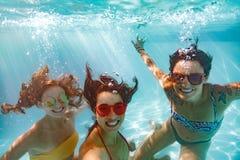 Подводное selfie усмехаясь друзей женщин в бассейне Стоковые Изображения RF