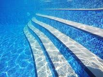Подводные лестницы бассейна стоковая фотография