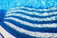 Подводные лестницы бассейна стоковое фото rf
