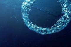 Подводные пузыри с солнечным светом Подводные пузыри предпосылки стоковое изображение