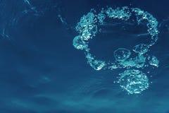 Подводные пузыри с солнечным светом Подводные пузыри предпосылки стоковые фотографии rf