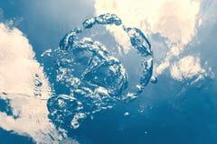 Подводные пузыри с солнечным светом Подводные пузыри предпосылки стоковые фото