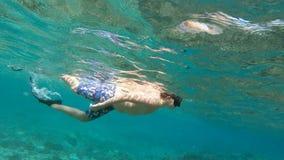 Подводный отснятый видеоматериал молодого мальчика snorkeling сток-видео