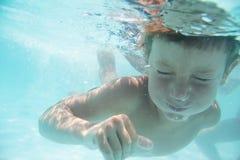 Подводный портрет ребенка стоковая фотография rf