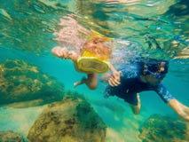 Подводный портрет семьи snorkeling совместно на ясном тропическом океане стоковое изображение rf