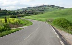 Подгонять дорогу и городок Pienza стоковое изображение rf