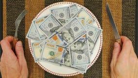 Подготавливайте для еды долларовых банкнот США 100 денег на плите с ножом и вилкой сток-видео