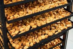 Подготавливайте для еды испеченных ruscks хлеба на лотке выпечки стоковое фото
