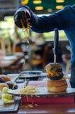 Подготавливайте для служения гамбургера, фаст-фуда стоковое изображение