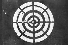 Подготавливайте для увольнять цель, ударяющ цель от дротика, снимая к центру dartboard Стоковые Изображения