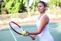 подготавливайте теннис подачи к женщине Стоковые Фотографии RF