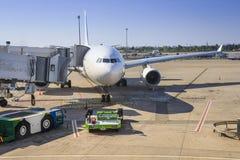 Подготавливать воздушные судн для полета Обслуживать воздушных судн на авиапорте Самолет в стержне авиапорта на ясный солёный ден стоковая фотография rf