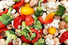 Подготавливать зажаренные в духовке красочные свежие mixted овощи для обедающего Стоковое Изображение