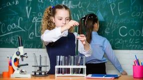 Подготавливать к экзаменам Микроскоп лаборатории День детей Немногое дети на лаборатории студенты делают эксперименты по биологии стоковые фото