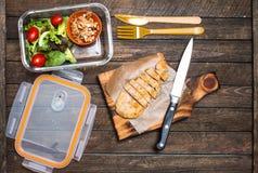 Подготавливать на вынос еду для детей Коробка школьного обеда с sala Стоковое Изображение
