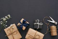 Подготавливать на праздники Handmade подарочные коробки с красивым украшением для друзей стоковое фото