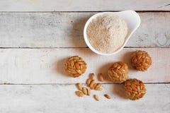 Подготавливать некоторое типичное испанское ` panellets ` печенья в Каталонии на всем дне ` s Святого стоковая фотография