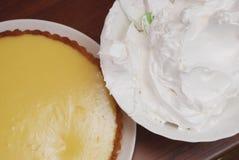 Подготавливать пирог лимона Пирог и шар лимона с сливк меренги готовой быть украшенным на деревянном столе, крупном плане Стоковые Изображения
