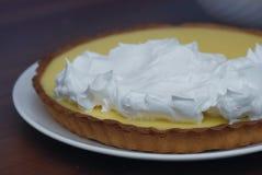 Подготавливать пирог лимона Пирог и шар лимона с сливк морозя Proces меренги тонизировано Стоковое Фото