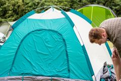 Подготавливать шатер в располагаться лагерем Стоковая Фотография