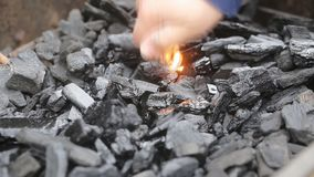 Подготавливающ для жарить горящий ожог угля и пламени накаляя, уголь и акции видеоматериалы