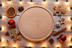 Подготавливающ еду на рождество и курортный сезон - с космосом экземпляра на деревянной плите стоковое фото