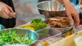 Подготавливающ и аранжирующ шведский стол салата стоковое фото rf