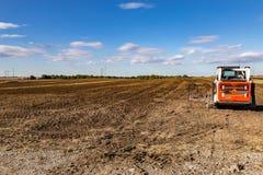 Подготавливающ и пашущ ферму или поле на предстоящий засаживая сезон стоковое фото rf