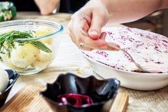 Подготавливающ русских традиционных сельдей ` салата под ` меховой шыбы Стоковое Изображение RF