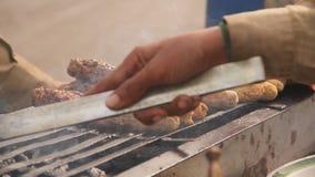 Подготовка барбекю обочины видеоматериал