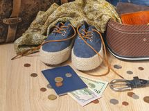 Подготовка для перемещения Обмундирование молодой женщины в винтажном стиле Стоковые Фото