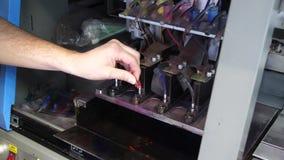 Подготовка для печатного станка больш-формата струйного Мужской работник рук сливает старую краску и обтирает поверхность  сток-видео
