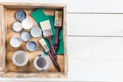 Подготовка для реновации деревянной коробки с щетками, s Стоковая Фотография